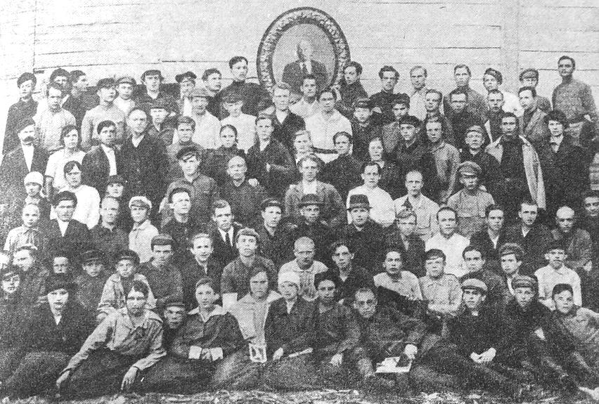 Участники траурного митинга в день похорон Ленина В.И., Глазов, 1924 г.