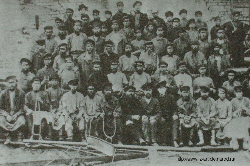 Рабочие прокатного цеха Воткинского завода. 1894 г.