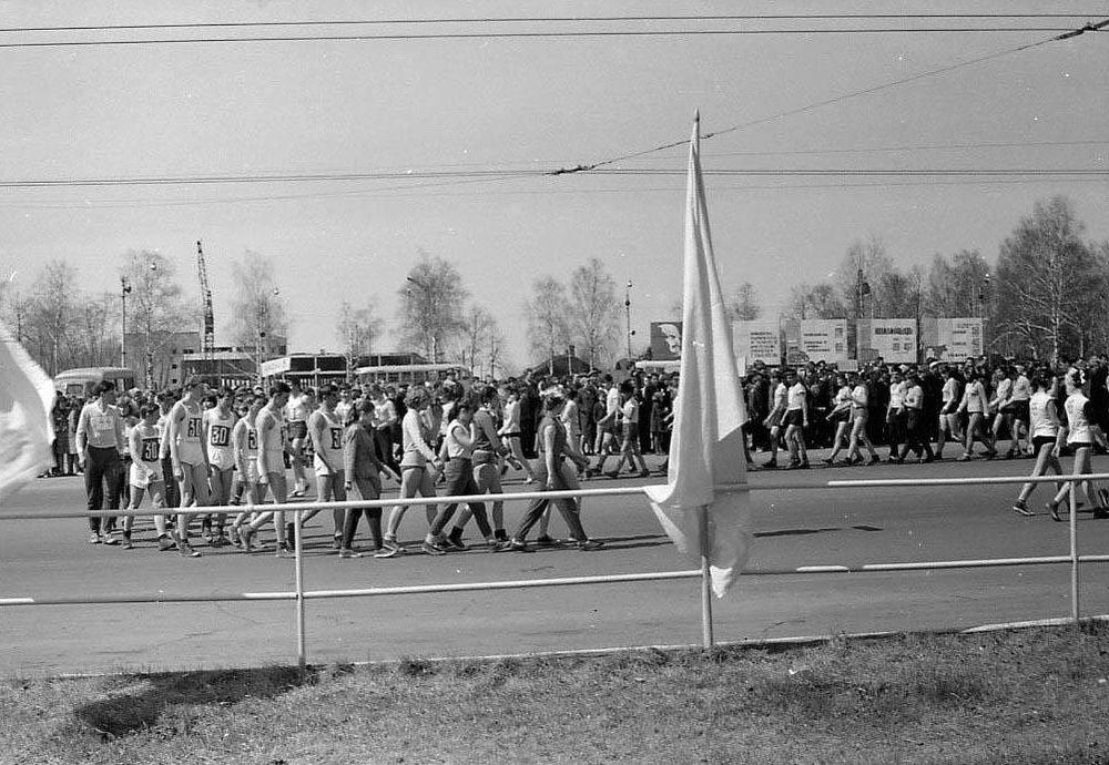 Первомайская демонстрация 1969 года. На заднем плане фотографии виден строящийся ЦУМ. Центральная площадь Ижевска.