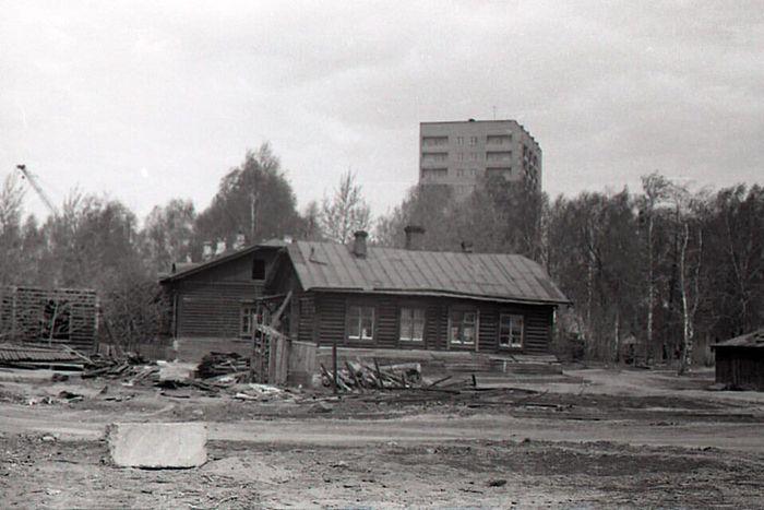 Начало расчистки центральной площади Ижевска от деревянных домов и построена только одна 14-этажка. 1970 год.