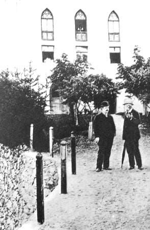 Чайковский П.И. с Сапельниковым В.Л. перед замком Софии Ментер в Тироли. 1892