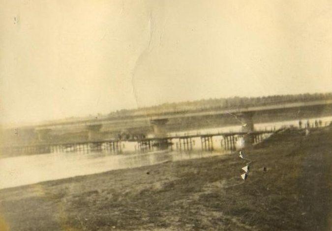 Старый деревянный и тогда ещё новый, железобетонный мосты через реку Чепцу. 1968 год.