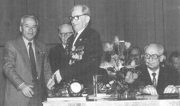 М.Т.Калашников поздравляет с 85-летием конструктора стрелкового оружия С.М.Симоного (в центре). Ижевск 1979 г.