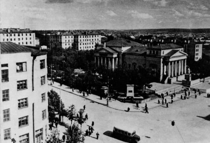 Кинотеатр - Колосс. 1947-1950 гг. Ижевск. Памятник Пастухову.