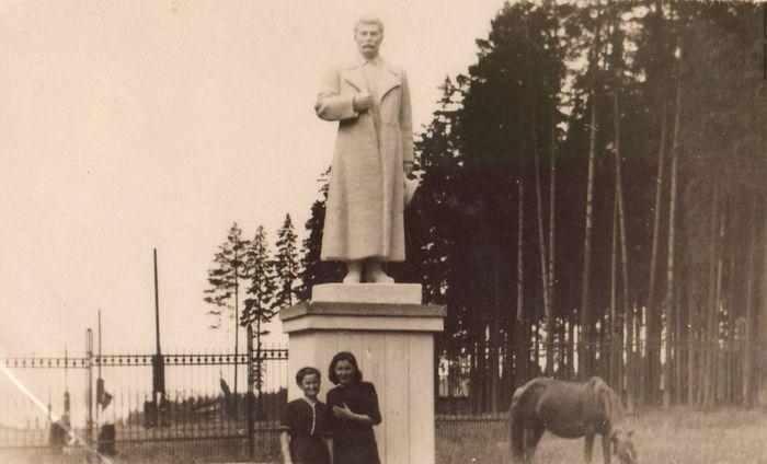 Памятник Сталину в парке Кирова, в конце главной аллеи парка, недалеко от парашютной вышки. 1940-е годы. Ижевск. Не существует в настоящее время.