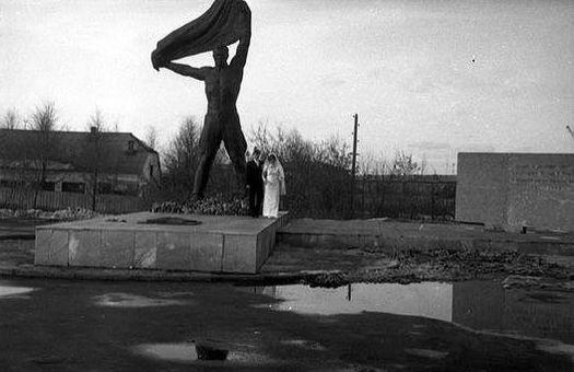 У Монумента боевой и трудовой славы. Ижевск.
