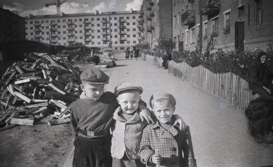 Ул. Ленина 36 (первый справа дом), Ленина 30А и заднем плане белого кирпича дом Пушкинская -164. Ижевск. Фото 1963 года.