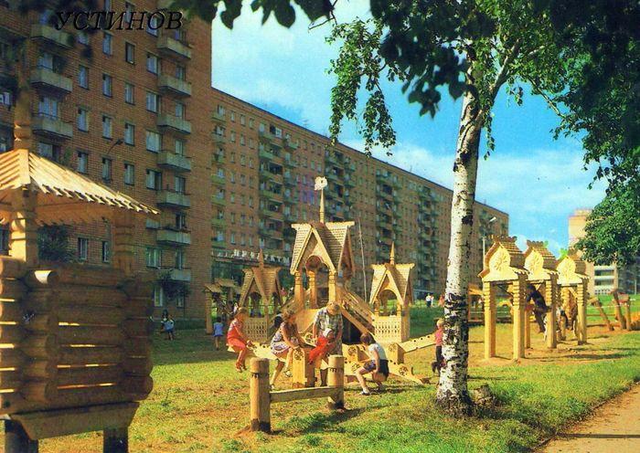 Детская площадка на улице К. Маркса Фото: альбом «Устинов», 1986. Ижевск.