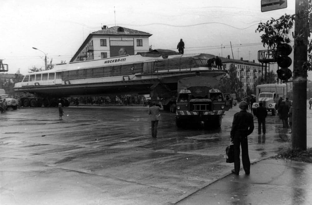 Теплоход Москва-117 на улицах Ижевска. 1982 год. Фотограф Ф.А. Жемелев.
