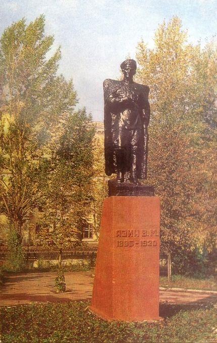 Памятник Азину на вокзальной площади.