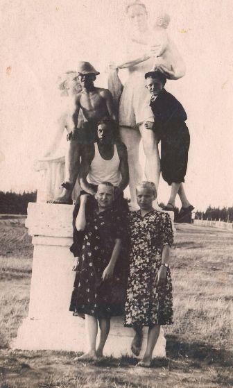 """Парковая скульптура """"Семья"""" Парк Кирова, 1930-е годы.  Ижевск."""