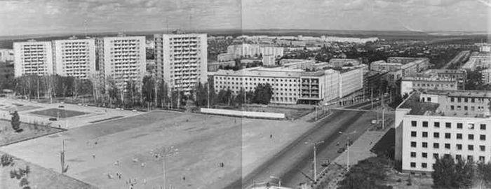 """Центральная площадь и дом правительства, 1970 год. Фото из альбома """"Архив ЦДНИ УР: фото 1960-1970гг""""."""