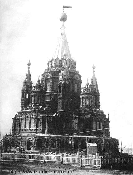 Красный флаг на Храме Михаила Архангела. Ижевск.