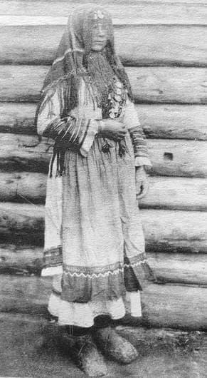 Молодуха в головном покрывале сюлок. Глазовский уезд, дер.Гулекшур. 1906 г. Фото удмуртов.