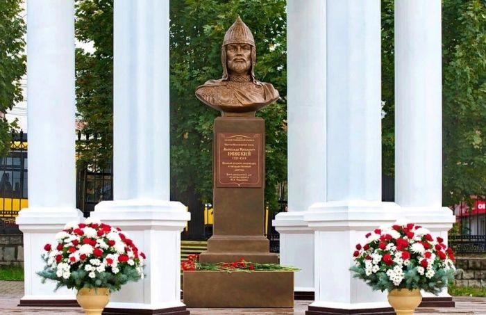 Бюст благоверного князя Александра Невского на территории Александро-Невского собора в Ижевске.