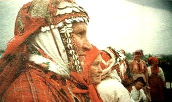 Женщина в головном уборе кашпу. 1996 г. Юкаменсий район. Удмуртская народная одежда.