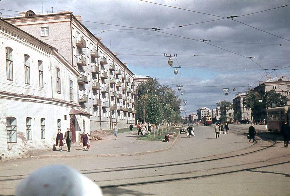 Перекресток улиц Ленина и К.Маркса. Слева дом Бодалева. Ижевск. Архив Александра Дмитриева.