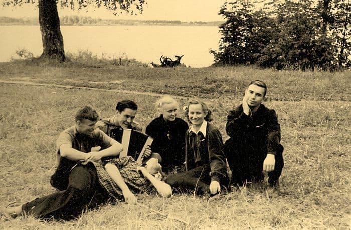 Студенты Механического Института у берега пруда в парке Кирова. Фото 1950-х. Ижевск.