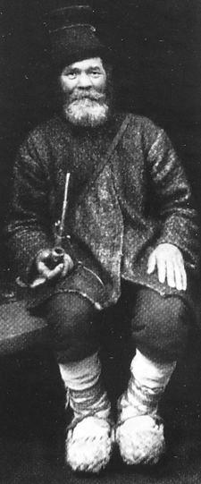 Бесермянин Попов Е.С. на кустарной промышленной выставке, с трубкой. Ижевск. 1923 год.