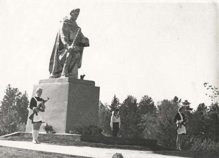 Памятник землякам, павшим в годы Великой Отечественной войны, в селе Вавож, 1975 год. Ресурс: Фотокаталог ГКУ «ЦДНИ УР».