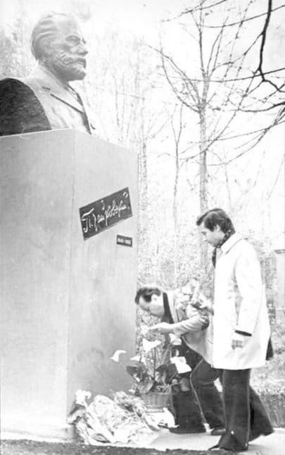 Светланов Евгений Федорович, главный дирижёр Государственного симфонического оркестра СССР (слева) возлагает цветы к памятнику П.И. Чайковскому в Воткинске, май 1978 года.