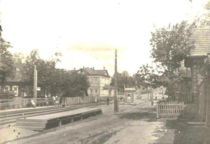 Трамвайная остановка, улица Карла Маркса в 1937 году, ныне здесь остановка Магазин Океан. Большое деревянное здание - бывшая Введенская церковь. В 1930-е гг. здесь располагалась школа.