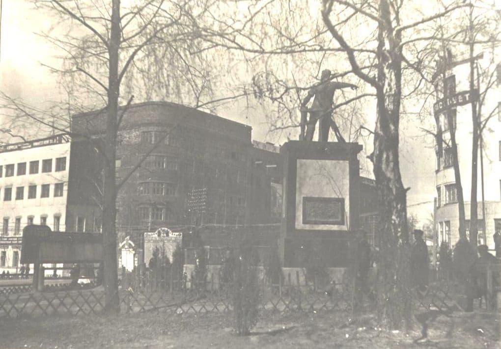 Площадь имени Пастухова (с 1933 года), вид с Востока Сквер у кинотеатра Колосс, памятник И. Д. Пастухову.