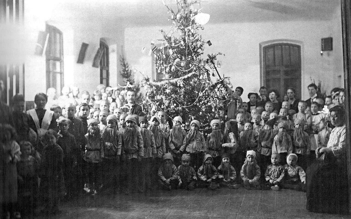 Рождественская ёлка в здании Ольгинского детского приюта в Ижевске, в доме по Троицко-Советской улице, построенный в 1901 году (Ижевск Советская 22Б).