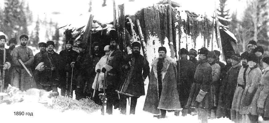 Чиновники Ижевского оружейного завода демонстрируют свои трофеи. 1890 год.