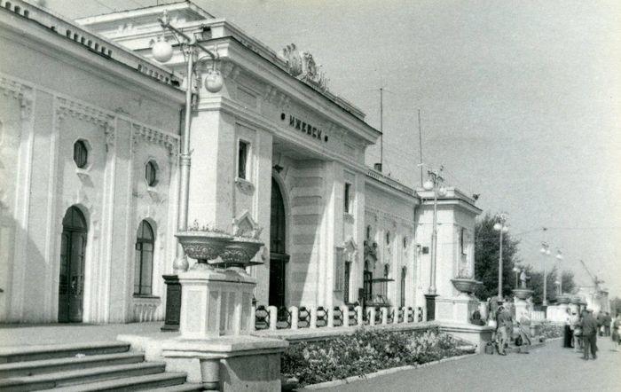 Железнодорожный вокзал города Ижевска. 1980 год. НМУР.