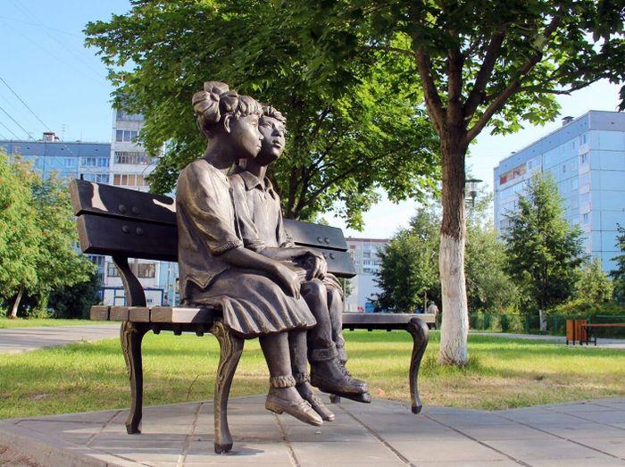 Скульптурная композиция - Дети на скамейке. Fвтор - скульптор Павел Медведев.