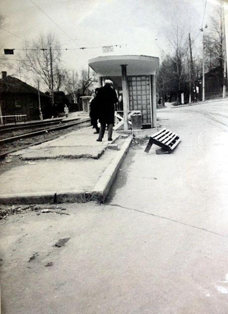 """Трамвайная остановка """"Улица Бородина"""" (напротив нынешнего Михайловского собора). Ижевск. Фото: 1977 год, ЦГА УР."""