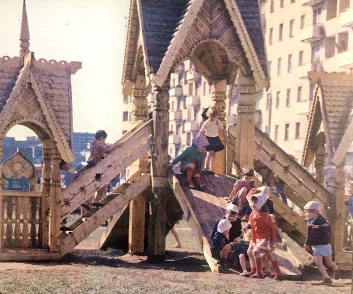 Детская площадка на улице К. Маркса Фото: альбом Устинов, 1986