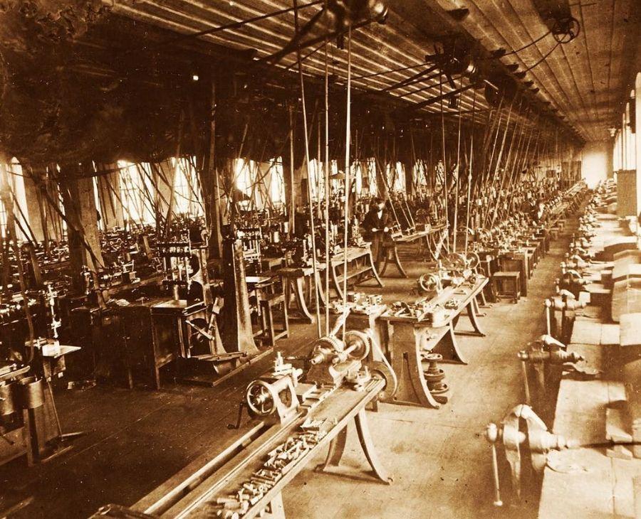 Фотография цеха Ижевского оружейного завода.