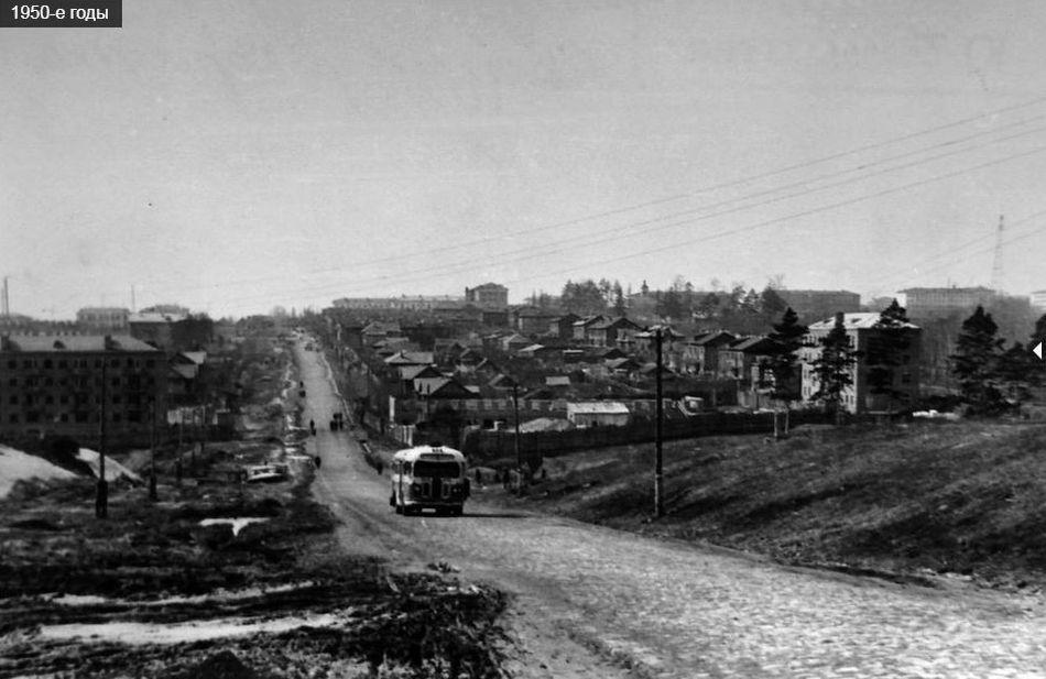 Ул Ленина. Автобус поднимается от речки Карлутки к больнице вверх. Трамвайной линии ещё не было. 1950-е годы. Ижевск.