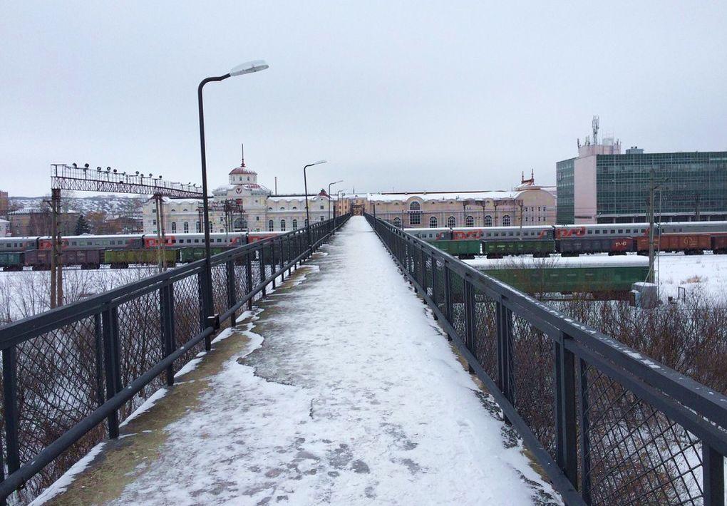 Пешеходный переход. Железнодорожный вокзал города Ижевска. 2017.