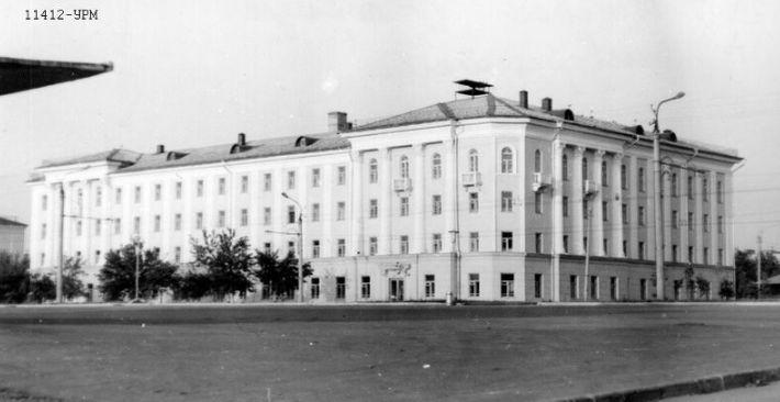 IV корпус Удмуртского государственного университете Ижевска 1972 г. Фото: М.В.Егоров. Коллекция НМУР. Ижевск.