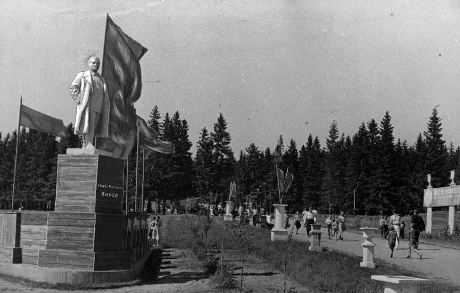 На центральной аллее в Парке Кирова, памятник Кирову на развилке. Фото 1930-х год. Ижевск.