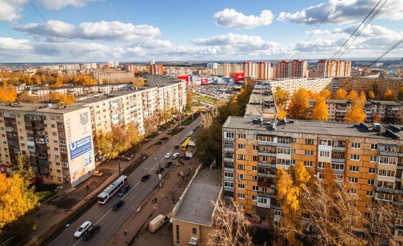Дома улица Петрова 7, 9 и 14. ТЦ Петровский. Октябрь 2016 года. Фото: Амир Закиров.