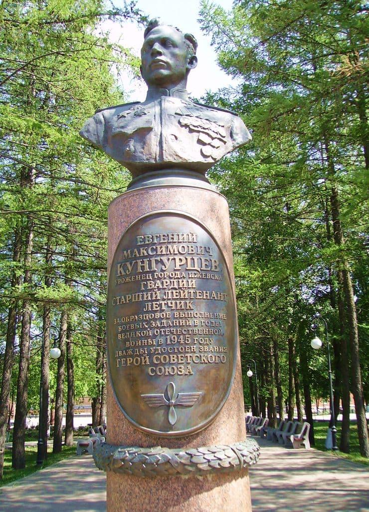 Бюст дважды Героя Советского Союза Кунгурцева Е.М. в Ижевске.