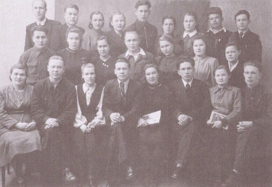 Второй курс литфака Удмуртского пединститута.  Семён Перевощиков в середине третьего ряда. Ижевск. 1951 г.