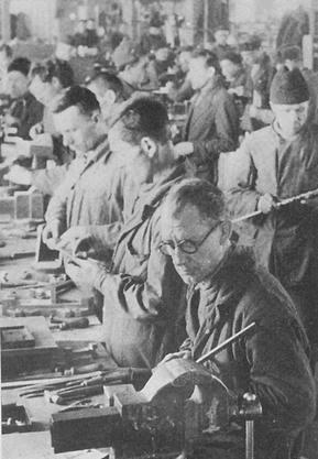 Инструментальный цех мотозавода в годы войны. Слесарно-лекальное отделение. 1941-42г.