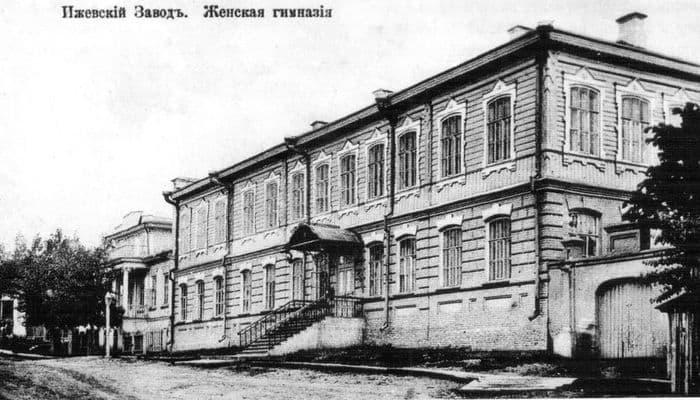Здание ул. Свердлова 28 Ижевск. Построено в 1910 году. В нём располагалось первое в Ижевском заводе среднее учебное заведение - женская гимназия.