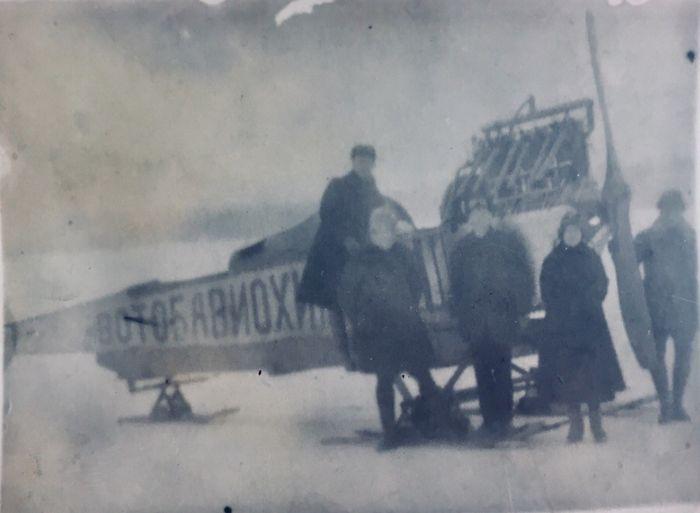 Аэросани на Ижевском пруду, собранные П. В. Можаровым (справа у винта сам П. В. Можаров). Фото: 1925 год, ЦГА УР.