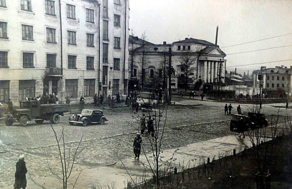 Сквер у кинотеатра Колосс. Ижевск.  Памятник Пастухову.