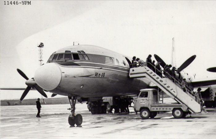 Самолёт Ил-18 высаживает пассажиров в новом аэропорту Ижевска. Фото 1975 год.