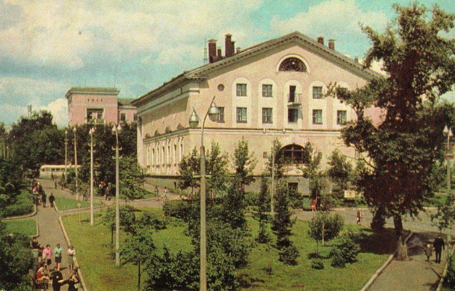 Кинотеатр - Дружба и сквер за ним. Ижевск. Из набора открыток 1969 года. Фото: А. Мусин.