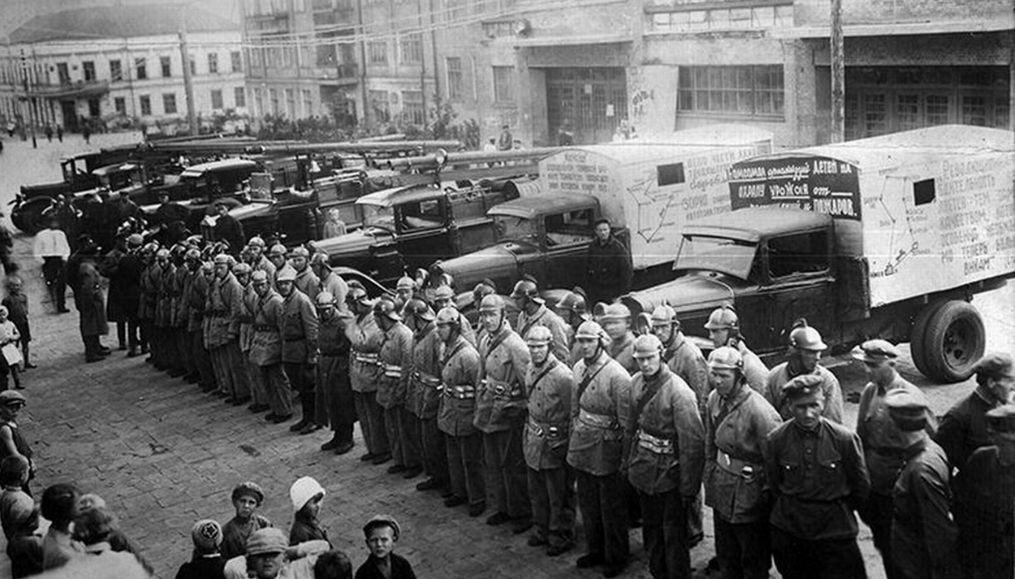 Смотр пожарных дружин на площади Пастухова, 1935 год. На заднем плане – Клуб Октябрьской Революции. Ижевск.