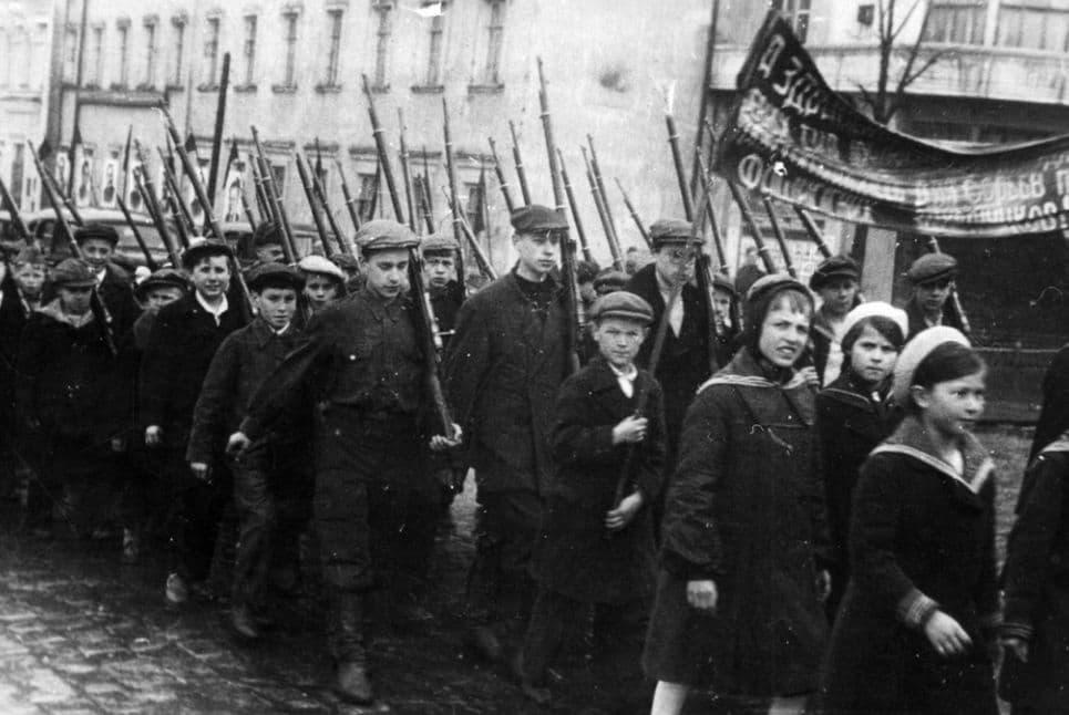 Первомайская демонстрация 1 мая 1943 года. Ижевск.