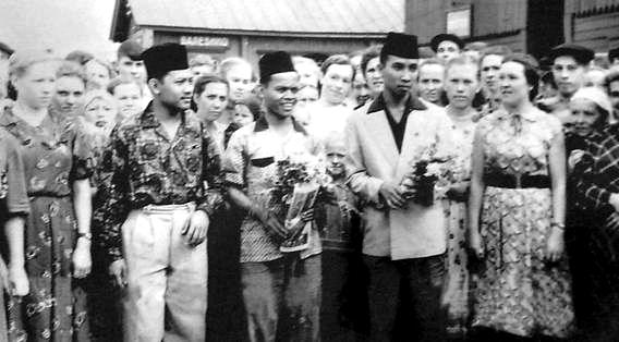Встреча с делегатами VI Всемирного фестиваля молодёжи и студентов. Ст. Балезино. 1957 г.